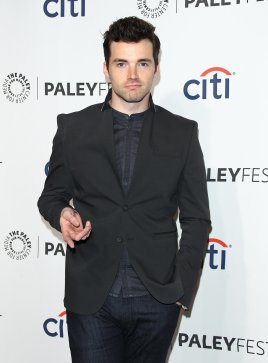 Ian-Harding-posed-solo-photo-without-his-Pretty-Little-Liars